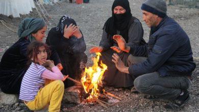 Photo of Elektrikleri kesilen mülteciler ısınmak için elbiselerini yakıyor!
